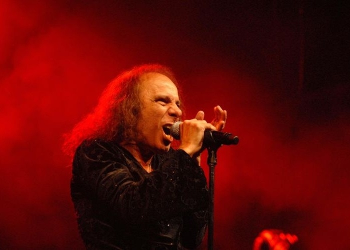 ronnie-james-dio-vocalista-do-rainbow-e-substituto-de-ozzy-no-black-sabbath-e-responsavel-por-cancoes-como-since-you-been-gone-e-long-live-rock-n-roll-1373567819786_700x500