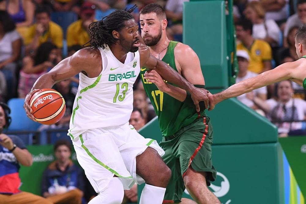 Brasil insistiu demais com o jogo de costas para a cesta
