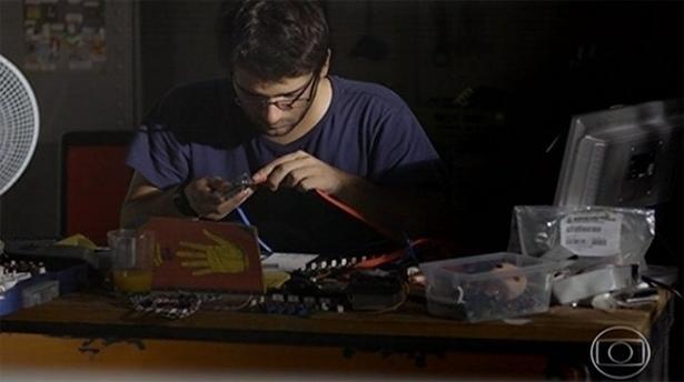 Ao estilo ''startup de garagem'', o hacker Davi Reis monta um computador para crianças