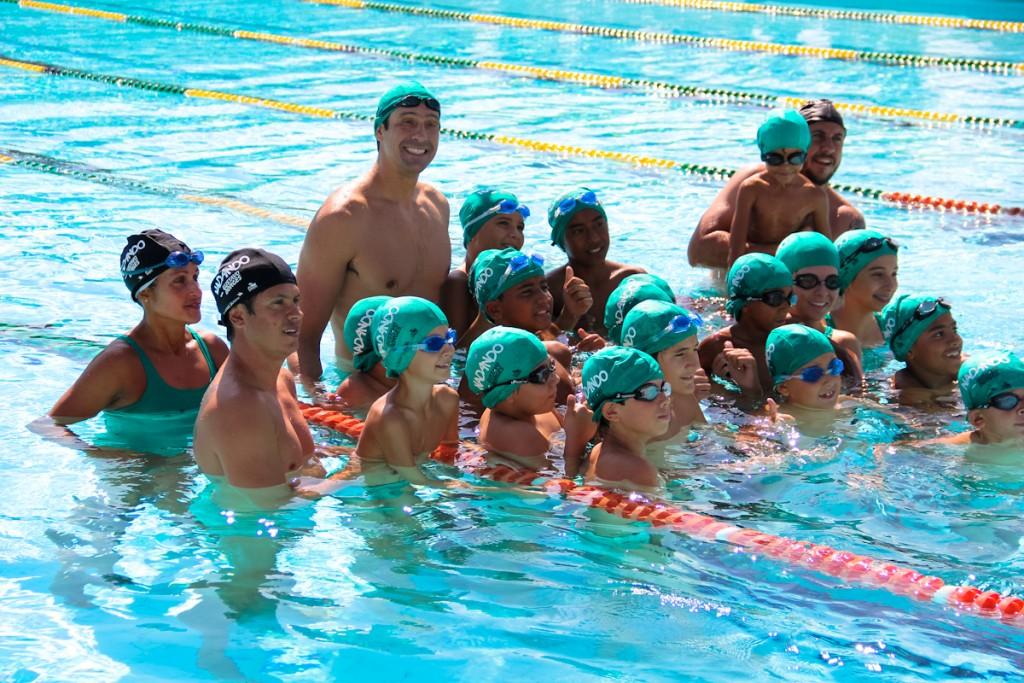 O nadador Gustavo Borges com as crianças do projeto - Foto: Talita Saab