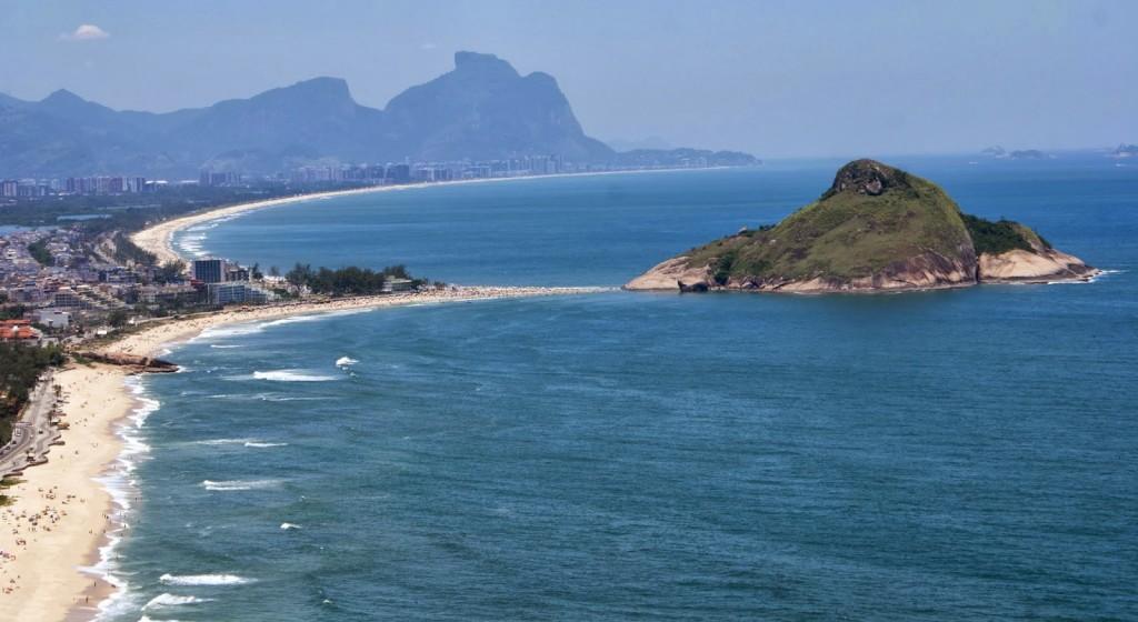 A Pedra do Pontal separa as praias do Recreio e da Macumba – Foto: Reprodução