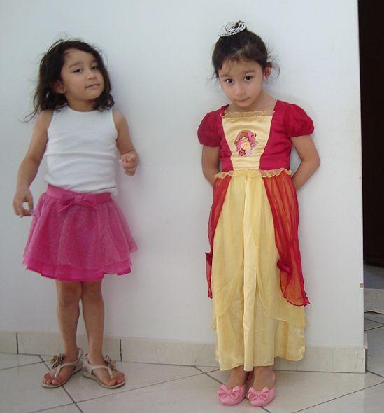 Sophie com a saia de bailarina e Yarin, como a princesa Bela.
