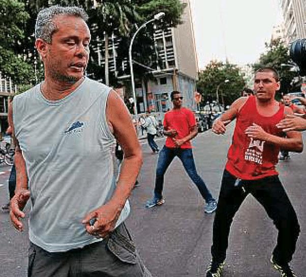 """À frente, na mão esquerda: anéis só para adornar? - Foto Domingos Peixoto/Reprodução """"O Globo"""""""