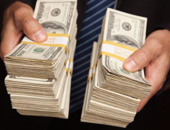 http://imguol.com/blogs/93/files/2013/09/midia-indoor-dinheiro-mao-economia-negocio-financa-dolar-moeda-americana-eua-estados-unidos-compra-consumidor-consumo-dolar-mao-cem-lote-pagamento-ruco-homem-riqueza-1270075291827_564x430.jpg