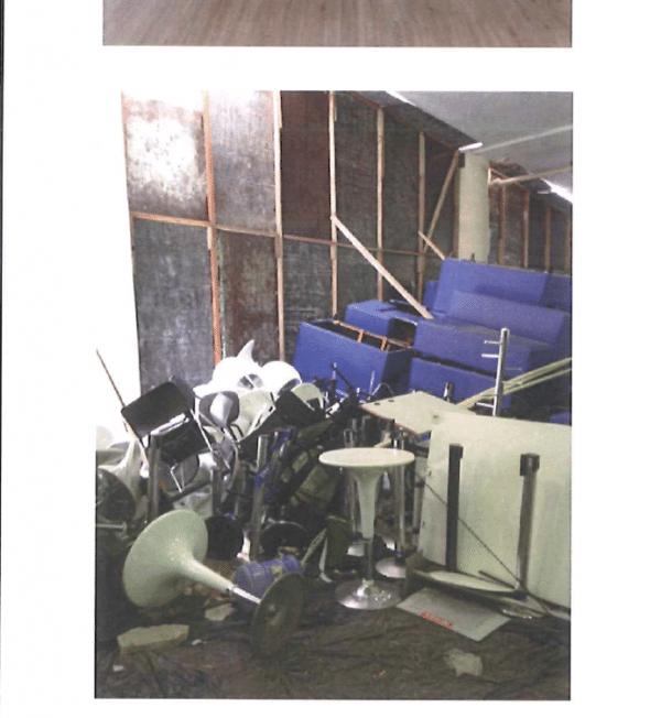 Mobiliário dos camarotes empilhado em depósito no Maracanã