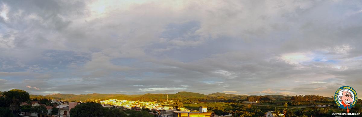 A Superlua vai nascer ali... mas as nuvens...