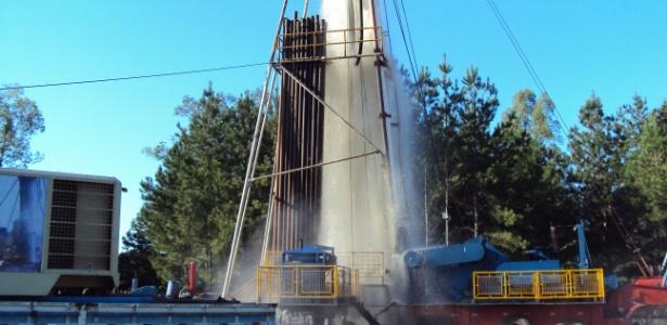 Água jorra de poço perfurado por empresa especializada