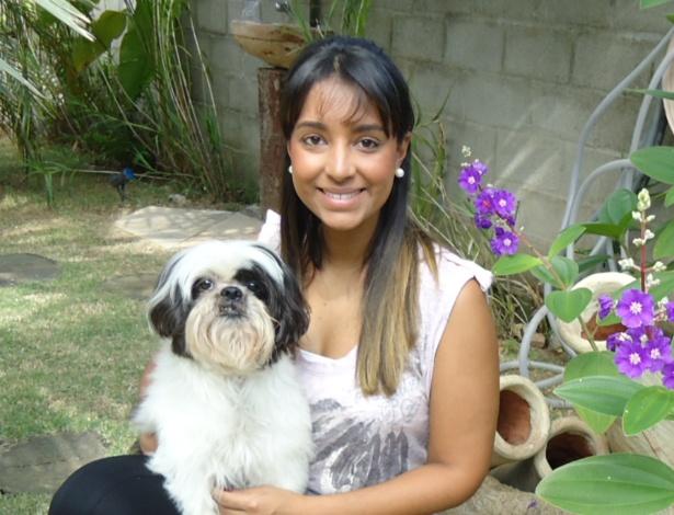 """Camila posa ao lado do shitzu Lupo, que sofreu com o """"verme do coração"""" e já está recuperado"""
