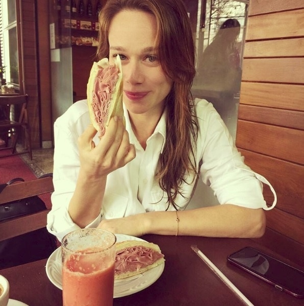"""Mariana Ximenes devorou um enorme sanduíche de mortadela e mostrou seu lado """"gente como a gente"""""""