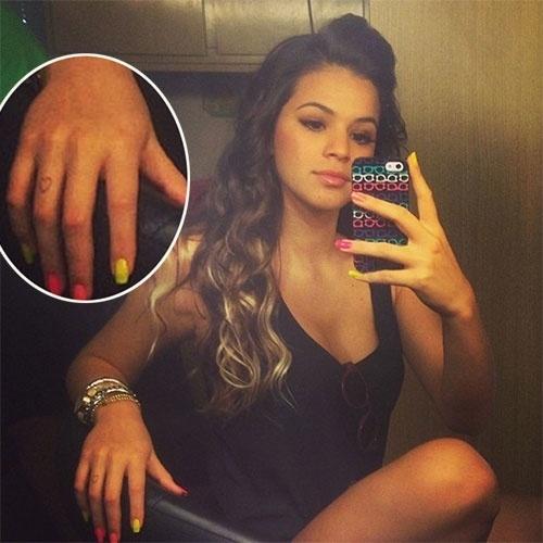 """21.jun.2013 - Bruna Marquezine, 17, compartilhou uma imagem no Instagram com a legenda: """"Bom diaaa!!! Vamos trabalhar???"""". A imagem chamou atenção mostrar a atriz com as pontas do cabelo mais claras e por um desenho de coração em um dos dedos da mão direita, indicando uma possível nova tatuagem, ou uma tatuagem temporária. Seria uma homenagem para o namorado Neymar?"""
