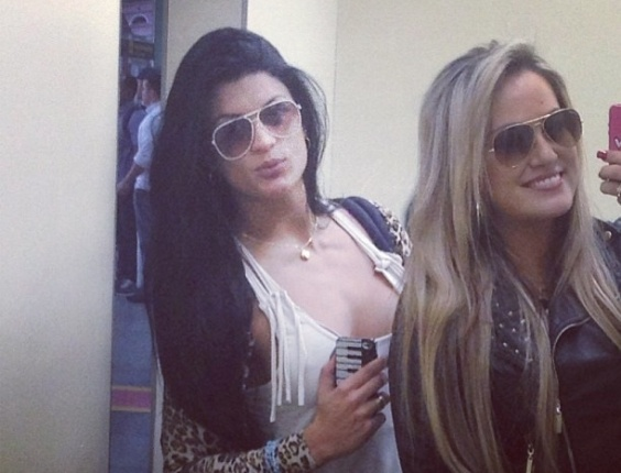23.jun.2013 - Camila Vernaglia e Ísis Gomes se preparam para participar de evento de MMA como ring girls em Manaus (AM). As ex-candidatas ao concurso Miss Bumbum divulgaram as fotos nas redes sociais antes de encantar o público com suas curvas