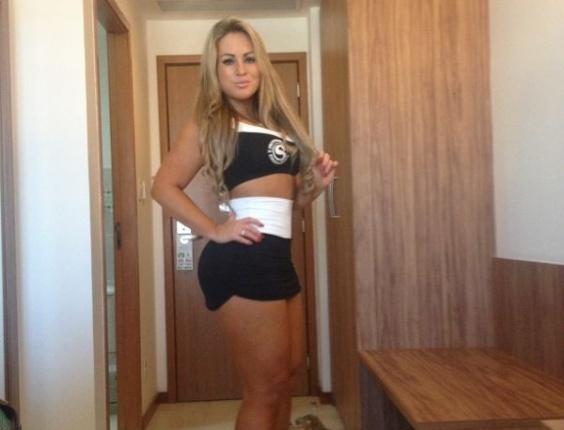 23.jun.2013 - Ísis Gomes se prepara para participar de evento de MMA como ring girl em Manaus (AM). A ex-candidata ao concurso Miss Bumbum e participante do reality