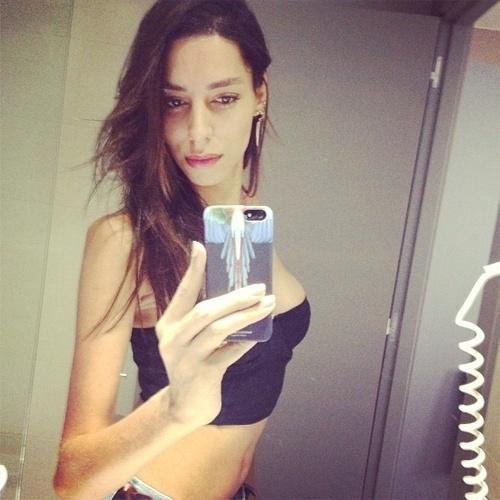 4.jul.2013 - A top transexual Lea T. postou uma imagem mostrando o decotão a pedidos do melhor amigo da modelo, o  italiano Riccardo Tisci.