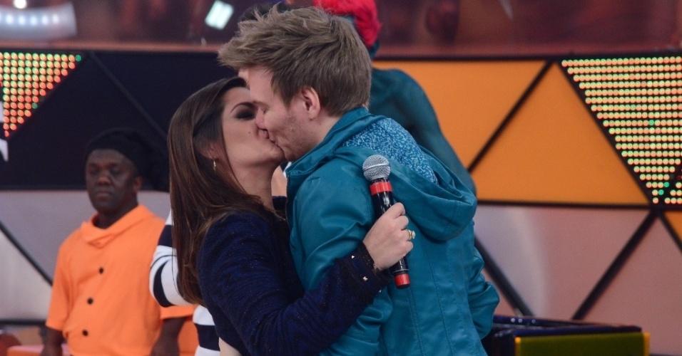 20.jul.2013 - Pela primeira vez em um programa de TV, o cantor Michel teló aparece ao lado da namorada, a atriz Thaís Fersoza, a Rosália de