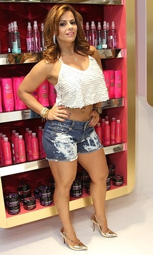 9.ago.2013 - Viviane Araújo participou da reinauguração da loja Planet Girls, em um shopping do Rio. A marca apresenta alguns looks provocantes e é lembrada por associar suas coleções a gatas ousadas. Vale lembrar que Ísis Valverde, quando interpretava a periguete Suelen, na novela