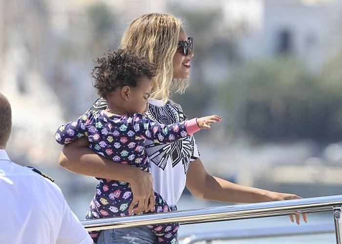 """2.set.2013 - Beyoncé aproveitou uma folga após apresentação no festival """"Budweiser Made in America Festival"""", no último sábado (31), na Filadélfia (EUA), para curtir a filha, Blue Ivy, em Ibiza (Espanha)"""
