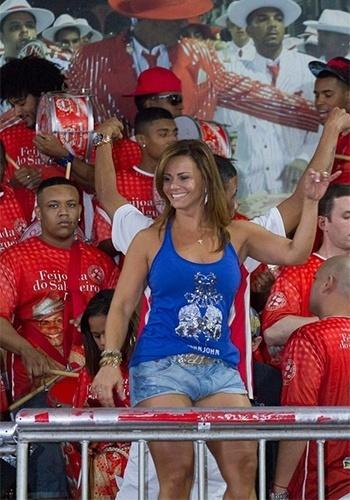 8.set.2013 - Viviane Araújo, madrinha de bateria do Salgueiro, fez questão de participar da feijoada oferecida pela escola de samba. Ela mostrou samba no pé com um shortinho que deixava uma