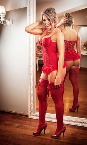 28.set.2013 - Aos 37 anos, a ex-BBB Fabiana exibiu o corpão em um ensaio de lingerie: