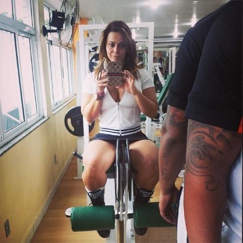 5.nov.2013 - Viviane Araújo, a rainha de bateria do Acadêmicos do Salgueiro, está a todo o vapor em sua preparação para arrasar na avenida. Com coxas torneadas, a gata postou uma imagem no Instagram para definir ainda mais as pernas: