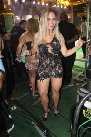 20.nov.2013 - Com um vestido curtinho e com transparências, Mulher Melão fez sucesso durante o show do grupo Revelação  na quadra da escola de samba carioca Grande Rio, em Duque de Caxias, na Baixada Fluminense