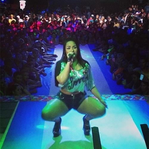 9.dez.2013 - Mulher Melancia postou uma foto fazendo uma dança sensual durante um show e deixou os fãs babando.