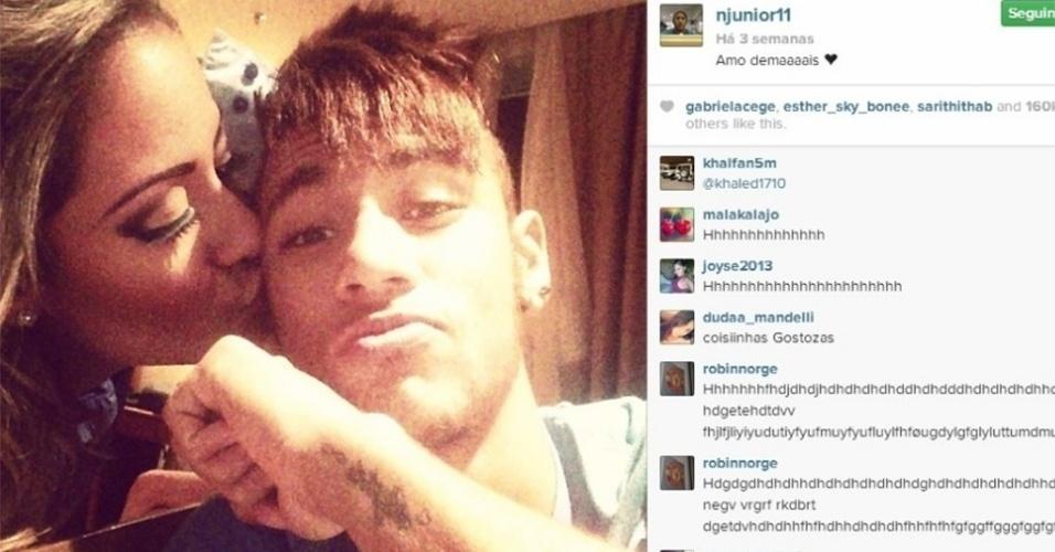 Neymar exibe a tatuagem com o nome de Rafaella no braço