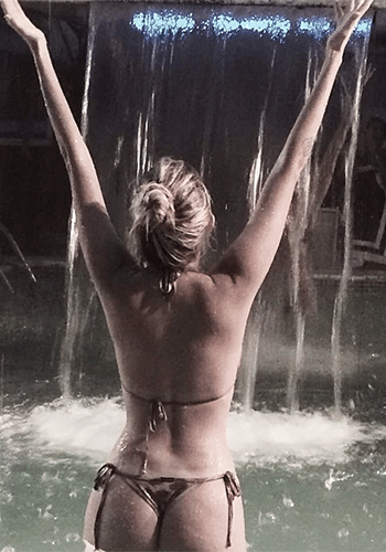 17.jan.2014 - Bárbara Evans postou uma foto sexy no Instagram em que aparece de biquíni fio-dental, de costas, em uma piscina à noite.