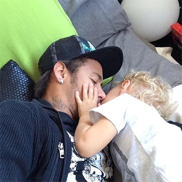 7.fev.2014 - Dois dias após completar 22 anos, Neymar publicou um momento fofura ao lado do pequeno David Lucca no Instagram. O garotinho aparece com a mão no rosto do papai, que beija o rosto do filhão