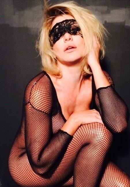 10.fev.2014 - Antônia Fontenelle ousou ao usar apenas uma malha rendada no corpo dispensando o uso de lingerie no ensaio para lançar sua coleção de camisas
