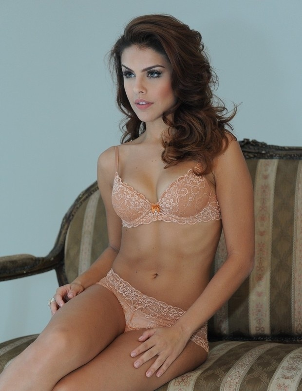 23.mar.2014 - A atriz Paloma Bernardi exibe forma impecável em ensaio de lingerie em um estúdio em Fortaleza, no Ceará. A atriz é namorada do ator e cantor Thiago Martins