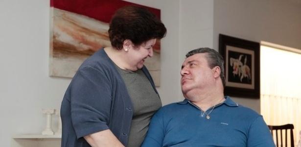 Abr.2014 - Gerson Brenner se comunica com breves palavras, olhares profundos e muitos beijinhos com a mulher, Marta Mendonça