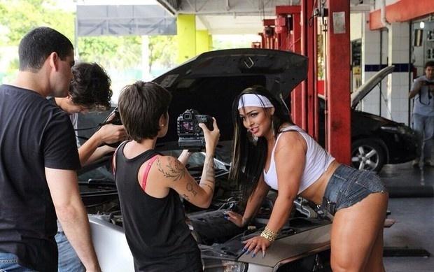 15.abr.2014 - Andressa Soares, a Mulher Melancia, gravou o clipe de sua nova música,
