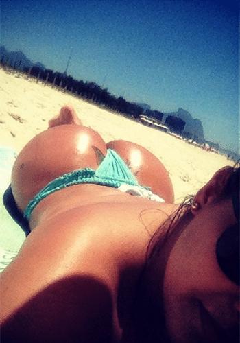 7.mai.2014 - Nova solteira do pedaço, Mulher Melancia tem deixado os fãs babando com fotos sensuais na praia. Cantora do hit