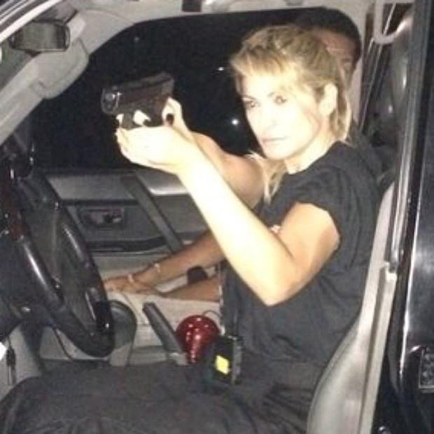 11.mai.2014 - Toda de preto e com arma em punho: é assim que Antônia Fontenelle aparece em foto postada por ela no Instagram. A cena faz parte de um filme no qual a atriz está trabalhando no momento.