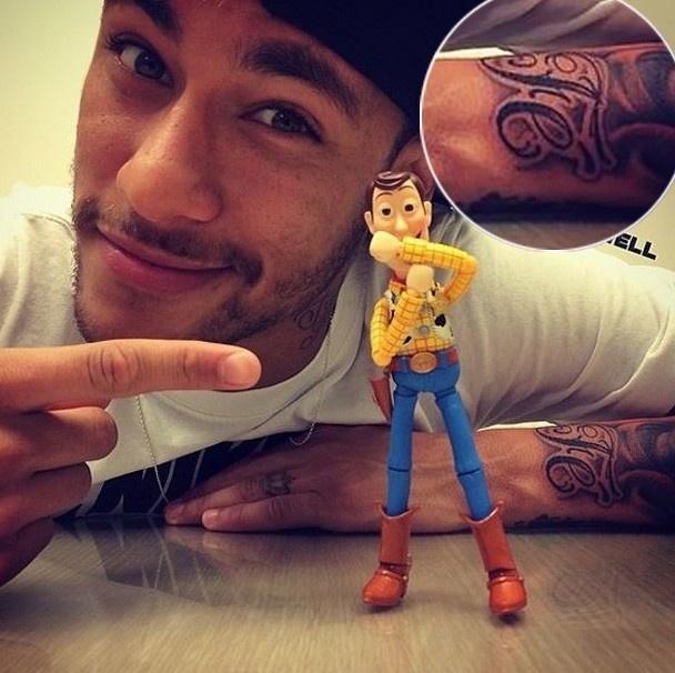 27.mai.2014 - Às vésperas da Copa do Mundo, Neymar ganhou mais um novo desenho na pele. Em sua ida a SP na última quarta-feira (21), o craque da seleção brasileira tatuou a palavra