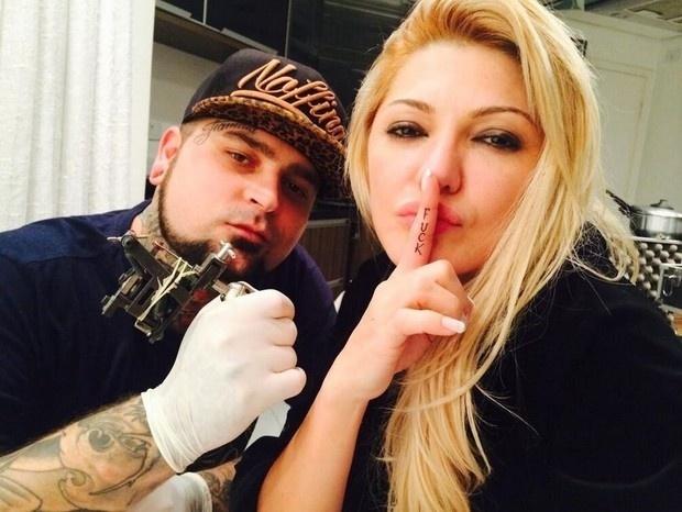 3.jun.2014 - Antônia Fontenelle usou sua conta no Instagram para mostrar sua nova tatuagem, rebelde e ousada. Ela tatuou a palavra