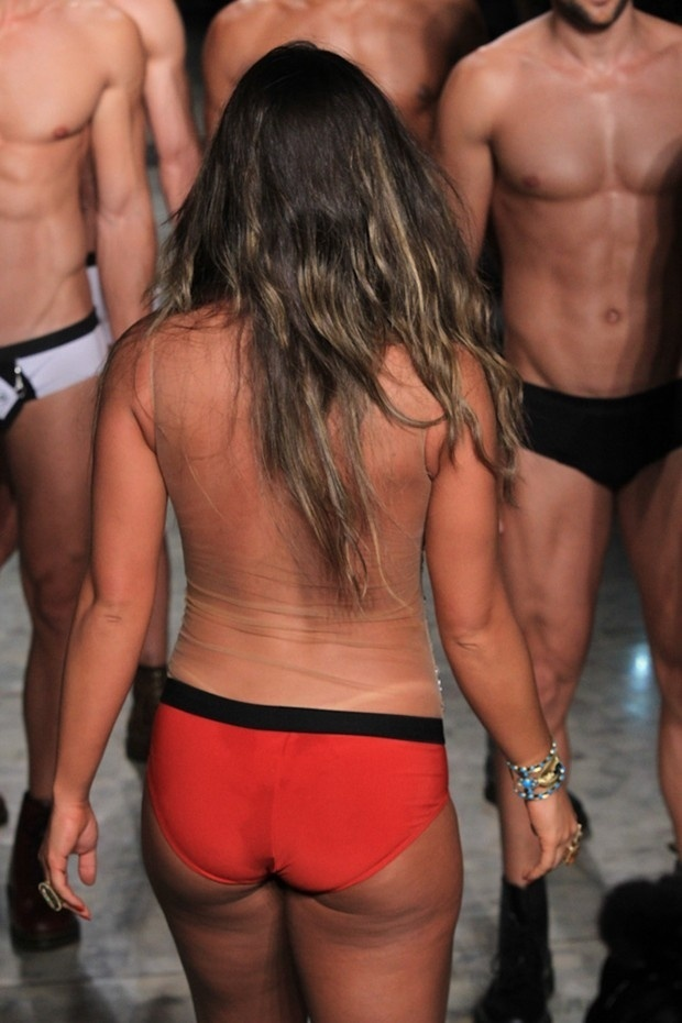6.jun.2014 - Nicole Bahls desfilou de cueca no primeiro dia da Casa dos Criadores, evento que aconteceu em São Paulo, na quinta-feira (5). A musa do
