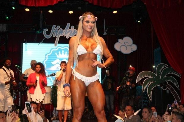 9.ago.2014 - Juju Salimeni participou de um desfile na noite de sexta-feira (8), em São Paulo, da marca Hipkini. A assistente de palco exibiu o seu corpo escultural e chamou a atenção dos fotógrafos no local