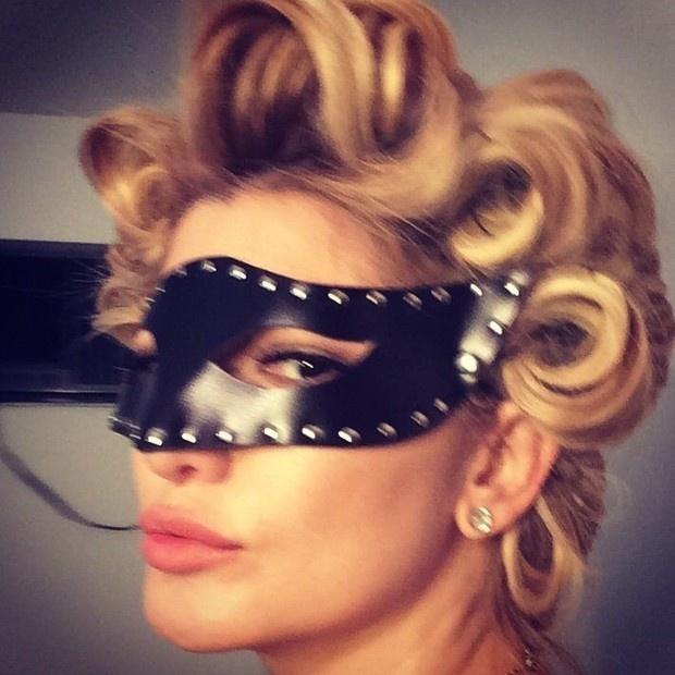 16.ago.2014 - Com máscara sadomasoquista e roupas de couro, Antonia Fontenelle fez uma sessão de fotos com figurino inspirado em Madonna