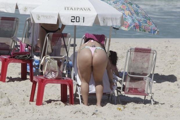 25.ago.2014 - Andressa Soares, mais conhecida como Mulher Melancia, aproveitou o calor do Rio de Janeiro para curtir uma praia. A funkeira foi flagrada pelos paparazzi na Barra da Tijuca. Além de retocar o bronzeado, a gata chamou a atenção ao exibir um biquíni rosa bastante cavado