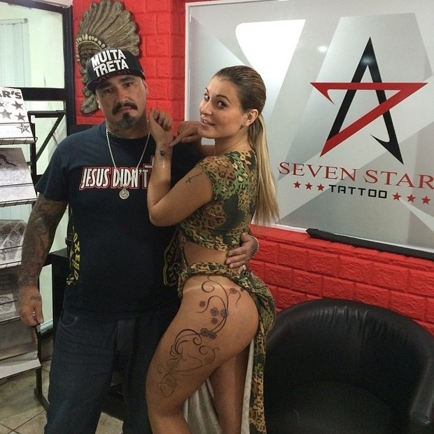 Andressa Urach resolveu completar mais uma etapa de sua tatuagem na coxa.