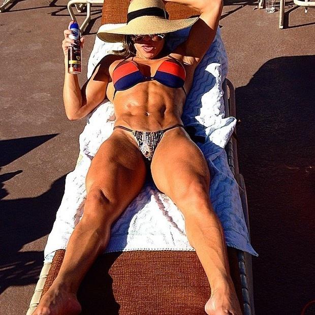 24.set.2014 - A ex-BBB Michelly Crisfepe, que está curtindo uma estadia em Los Angeles, Estados Unidos, postou foto em sua conta no Instagram mostrando o corpão sarado à beira da piscina.