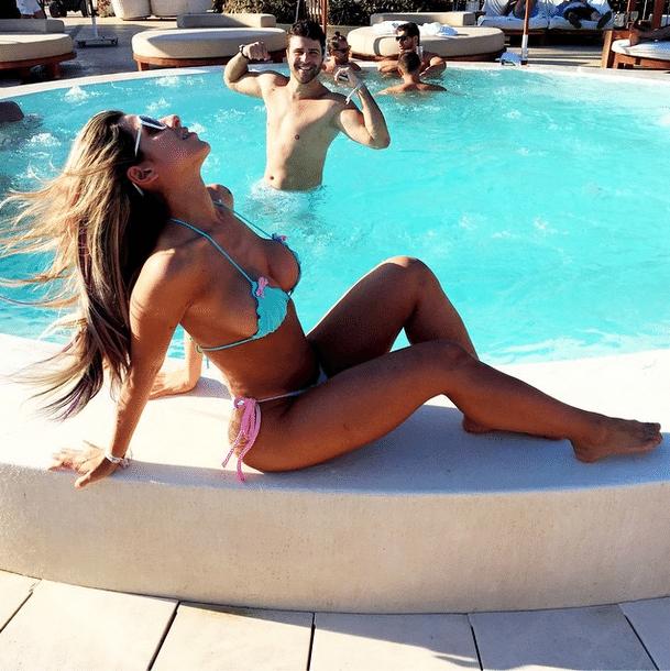 3.out.2014 - De férias em Ibiza, na Espanha, a musa do Corinthians Ana Paula Minerato mostrou que está com o corpo de causar em inveja. A beldade optou por um biquíni azul e rosa que valorizou o bumbum