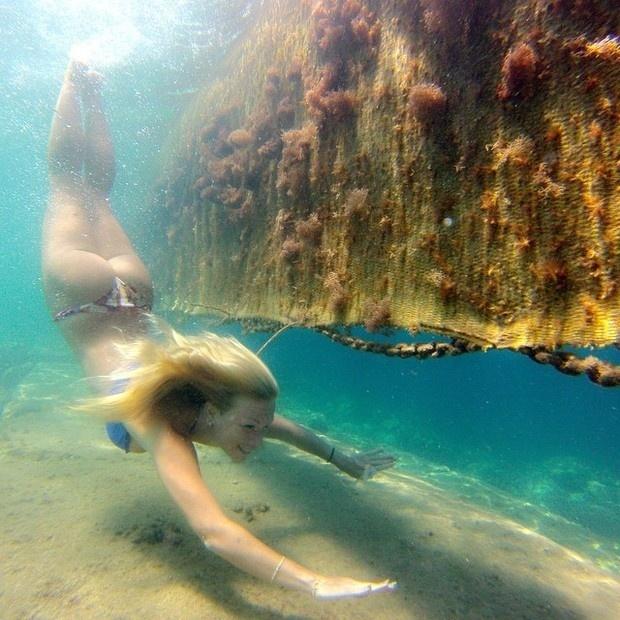 20.out.2014 - Ludmila Dayer divulgou uma imagem no Instagram em que parece uma sereia mergulhando em um cenário paradisíaco.