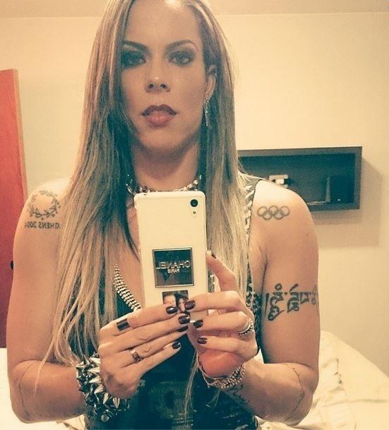 2.nov.2014 - A ex-nadadora Rebeca Gusmão exibiu suas tatuagens durante uma foto em frente ao espelho. Entre os desenhos pelo corpo, é possível notar o símbolo das Olímpiadas. Em 2007, Rebeca Gusmão foi afastada das piscinas acusada de doping pelo uso de anabolizantes