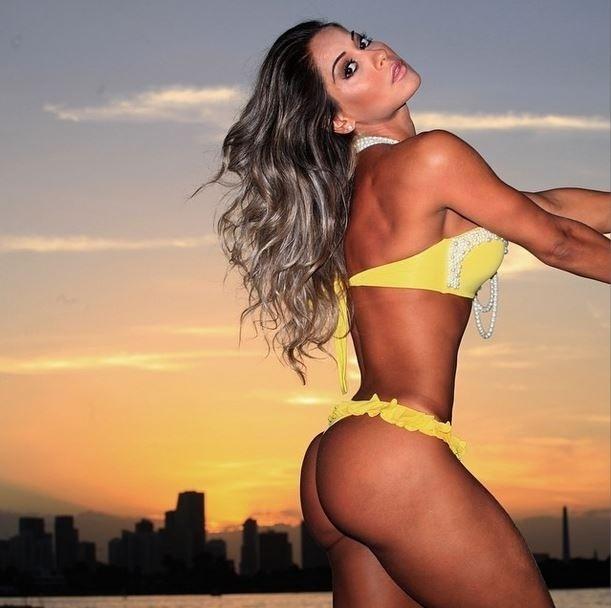 19.nov.2014 - Mayra Cardi fez questão de mostrar sua boa forma e exibir o pôr do sol de Miami, onde está realizando uma campanha de moda praia e fitness. No Instagram, a ex-BBB escreveu:
