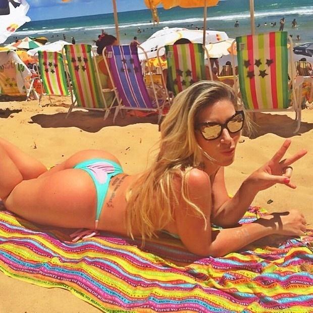 4.jan.2015 - Tati Minerato, a rainha de bateria da Gaviões da Fiel, está aproveitando o período de descanso na Bahia para colocar o bronzeado em dia. No Instagram, a bela compartilhou fotos de biquíni e mostrou que está com tudo em cima.