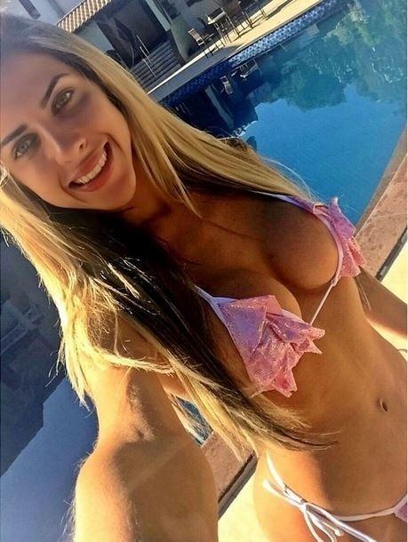 30.jan.2015 - Musa da Gaviões da Fiel, Ana Paula Minerato exibiu suas curvas postando uma foto de biquíni.
