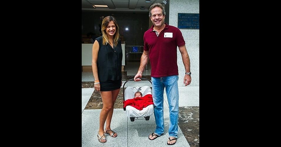 16.fev.2015 - Luisa Mell e o marido, Gilberto Zaborowsky, deixam a maternidade do Hospital Albert Einstein, em São Paulo, com o primeiro filho do casal, ainda sem nome. A apresentadora de 36 anos, casada há 3 anos com Gilberto, anunciou o nascimento do menino na noite de domingo, pelo Instagram, e explicou por que ainda não divulgou o nome do bebê, que veio ao mundo na sexta-feira, 13 de fevereiro.