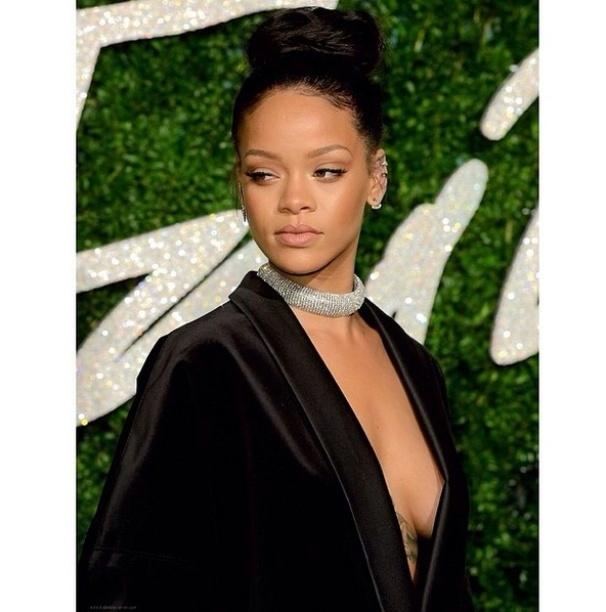 """20.fev.2015 - Uma das cantoras mais polêmicas e ousadas da atualidade está completando 27 anos nesta sexta-feira. Robyn Rihanna Fenty - mais conhecida como Rihanna - é dona de diversos hits no universo da música pop, como """"We Found Love"""", """"Umbrella"""", """"Don?t Stop The Music"""" e mais. A artista não deixa de firmar sua marca de originalidade por onde passa: em looks extravagantes e reveladores, em performances sensuais e aparições públicas que são sempre um sucesso no mundo das celebridades. Relembre a seguir algumas destas passagens de Rihanna"""
